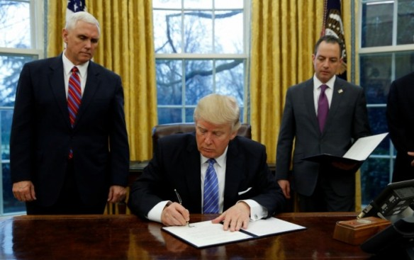 1485323097_president-donald-trump-signs-executive-order-withdrawing-us-tpp-trade-deal